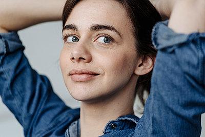 Porträt einer jungen Frau - p586m1492114 von Kniel Synnatzschke