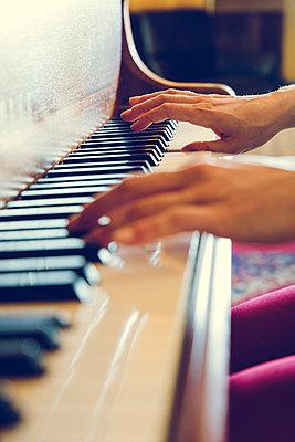 Klavier spielen - p904m1133720 von Stefanie Päffgen