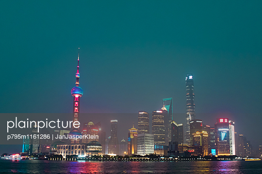 Pudong bei Nacht - p795m1161286 von Janklein