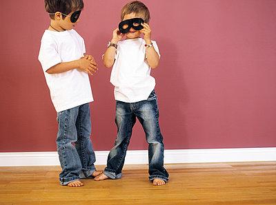 Two little boys wearing black eye masks - p300m1550051 by Sandra Seckinger
