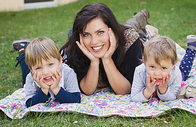 Mutter mit Zwillingen - p796m882325 von Andrea Gottowik