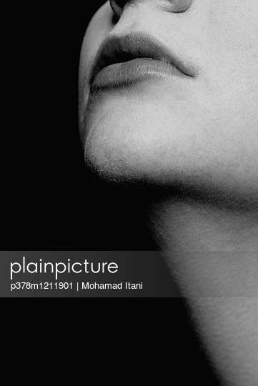 Close up of a woman's chin and mouth - p378m1211901 by Mohamad Itani