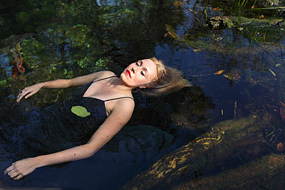 Relaxing in a pond - p045m813526 by Jasmin Sander