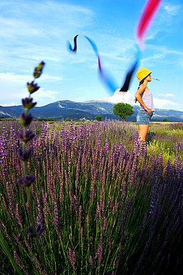 Mädchen im Lavendelfeld - p1468m1528675 von Philippe Leroux