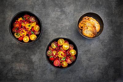 Orientalischer Tomatensalat mit Minze und Granatapfelkernen - p300m2081142 von Larissa Veronesi