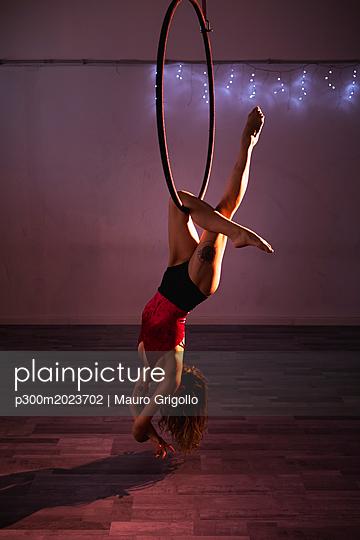 Female artist during a performance with hoop - p300m2023702 von Mauro Grigollo