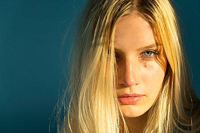 Porträt einer blonden Frau - p427m2005887 von R. Mohr