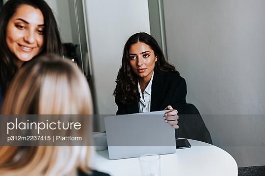 Female coworkers in office - p312m2237415 by Plattform