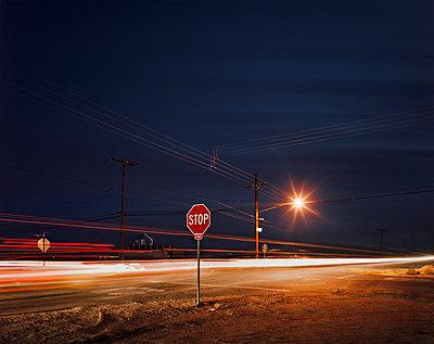 Straße am Abend - p1171m994059 von SimonPuschmann
