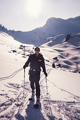 Full length of man skiing on swy mountain at Achenkirch, Tyrol, Austria during sunny day - p300m2197743 by Studio 27