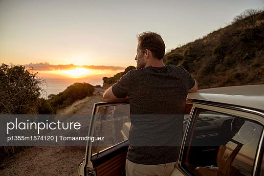 Mann betrachtet den Sonnenuntergang - p1355m1574120 von Tomasrodriguez