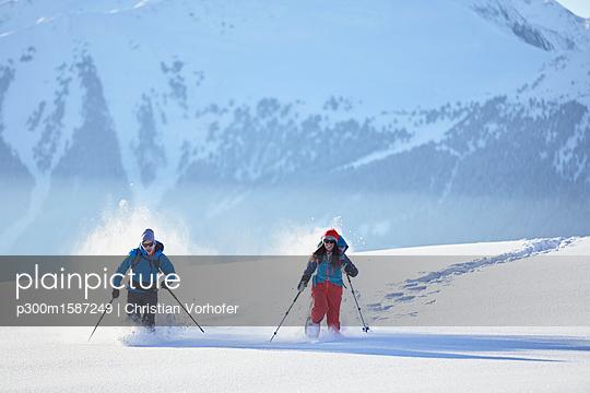 plainpicture - plainpicture p300m1587249 - Austria, Tyrol, swshoe hike... - plainpicture/Westend61/Christian Vorhofer