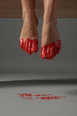 Rote Farbe an den Füßen - p1561m2134576 von Andrey Cherlat