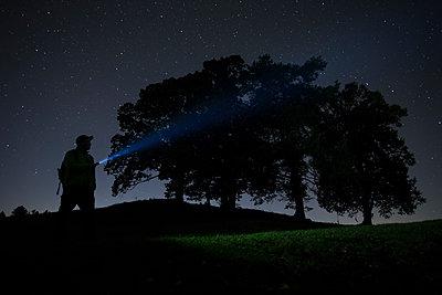 Germany, Bavaria, Allgaeu, Fuessen, Lake Forggensee, night hiker - p300m2083191 von dl-photo