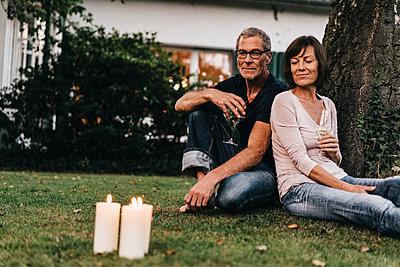 Reifes Paar entspannt im Garten - p586m1178639 von Kniel Synnatzschke