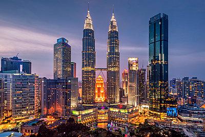 City skyline at dusk, Kuala Lumpur, Malaysia - p651m2033430 by Stefano Politi Markovina photography