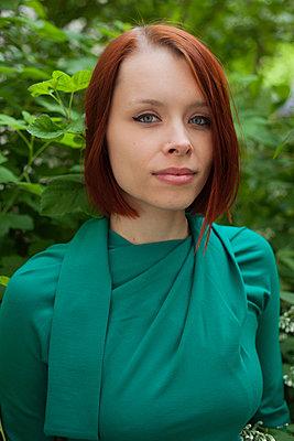 Junge Frau in grünem Kleid - p906m946068 von Wassily Zittel