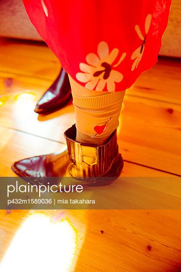 Frauenbeine in Stiefeln - p432m1589036 von mia takahara
