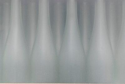 Weiße Flaschen II - p260m758350 von Frank Dan Hofacker