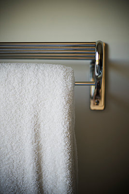 Fresh towel hanging from rack - p675m1062993 by Frederic Cirou