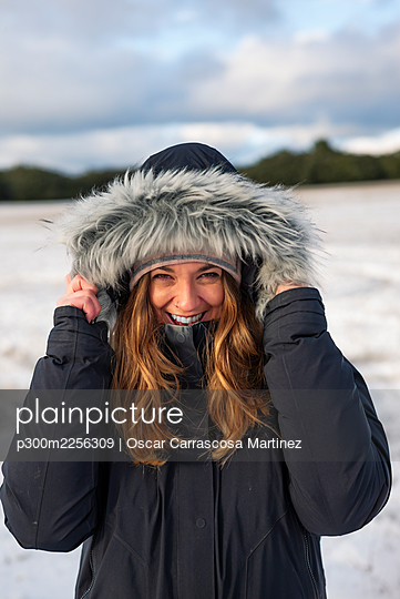 Happy beautiful woman in warm clothing during winter - p300m2256309 by Oscar Carrascosa Martinez