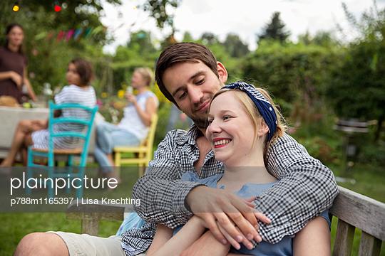 Junges Paar auf der Gartenbank - p788m1165397 von Lisa Krechting