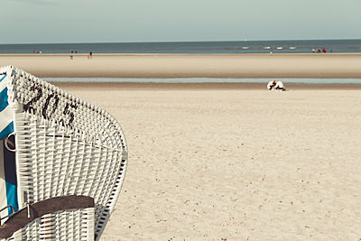 Germany, Spiekeroog, hooded beach chair, partial view - p300m1580866 by Dirk Wüstenhagen