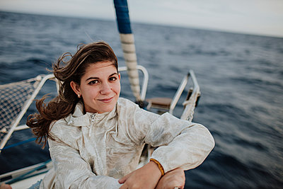 Smiling woman sitting on sailboat during vacation - p300m2274860 by Gala Martínez López