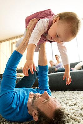 Vater spielt mit seiner Tochter - p341m1137159 von Mikesch
