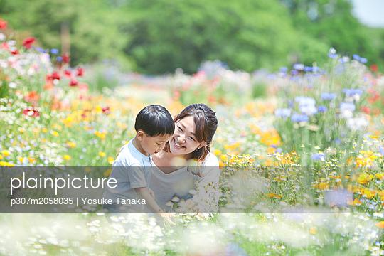 Japanese family in a city park - p307m2058035 by Yosuke Tanaka