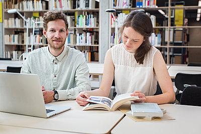Zwei Studierende in der Bibliothek lernen zusammen - p1284m1452030 von Ritzmann
