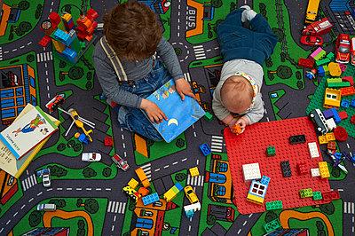 Zwei Brüder beim Spielen - p900m1104863 von Michael Moser
