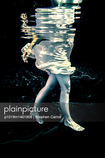 Woman floating underwater - p1019m1461908 by Stephen Carroll