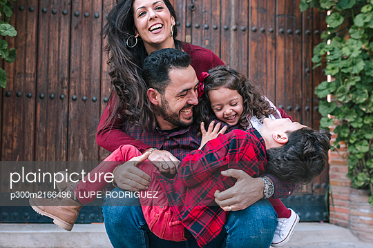 Happy carefree family with two children outdoors - p300m2166496 von LUPE RODRIGUEZ