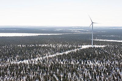 Windkraftanlage in winterlicher Landschaft - p1079m1042432 von Ulrich Mertens