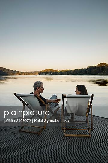Seniorenpaar trinkt Weißwein am Baldeneysee - p586m2109072 von Kniel Synnatzschke