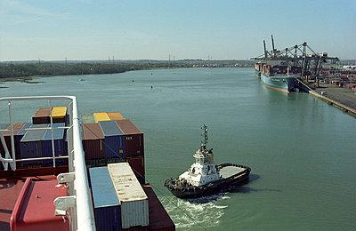 Help through towboat - p1045m787647 by jochenschmadtke