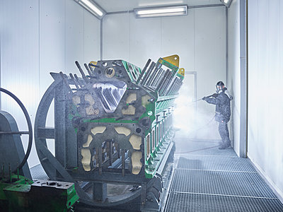 Worker cleaning engine block in washing bay - p300m1587962 by Christian Vorhofer