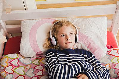 Musik hören - p904m1481103 von Stefanie Päffgen