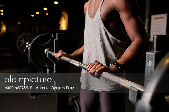 Spain, Andalusia, Granada, Young African American man exercising and lifting weights in gym, work out - p300m2273619 von Antonio Ovejero Diaz