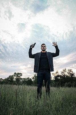 Mann nimmt die Hände hoch  - p1019m1424630 von Stephen Carroll