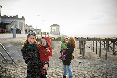 Mütter und Kinder am Strand - p1046m1138200 von Moritz Küstner
