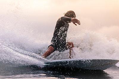 Mann reitet auf einer Welle - p1108m1462984 von trubavin