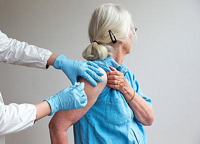 Vaccination - p1231m2260638 by Iris Loonen