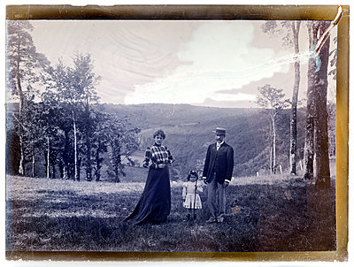 Vintage photograph, family in landscape - p265m1487131 by Oote Boe