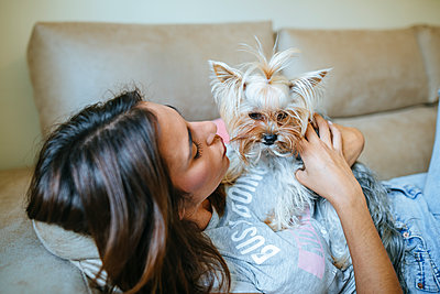 Woman lying on couch with her Yorkshire Terrier - p300m1459707 by Kiko Jimenez
