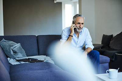 Mature man on the phone at home - p300m2166464 by Jo Kirchherr