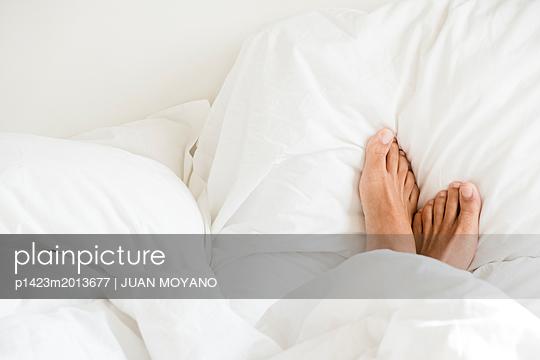Füße unter einer Bettdecke - p1423m2013677 von JUAN MOYANO