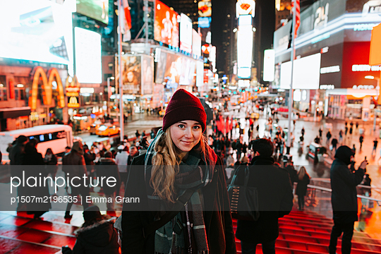 Young woman on Times Square at night, New York City - p1507m2196535 by Emma Grann