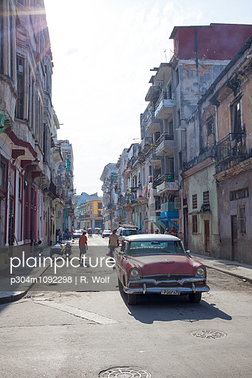 Vintage car in Havana - p304m1092298 by R. Wolf